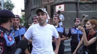 «Ոտքի՛, Հայաստան»-ը ՀՀԿ գրասենյակի մոտ