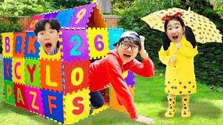 Boram et DDochi et Papa rainy days fait une maison avec des jouets colorés puzzles