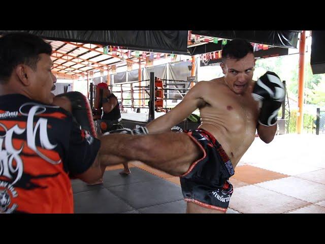 Tomi Barrios training for fight vs Muangfahlek Por.Petsiri at Muay Thai Super Champ