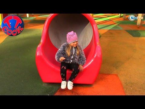 ВЛОГ БОЛЬШАЯ ДЕТСКАЯ ПЛОЩАДКА Гуляем с Хелло Китти Замок для детей Hello Kitty Toys