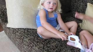 تعليم الاطفال لبس الجوارب عن طريق التعديل عليها