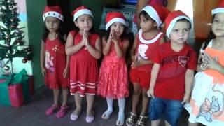 Crianças cantando música de natal