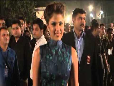 Backless beauties at Filmfare awards thumbnail