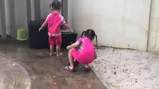 Các con nhà Lý Hải tắm mưa - Lý hải Minh Hà