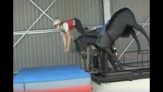 На этом тренажере всадники учатся правильно падать