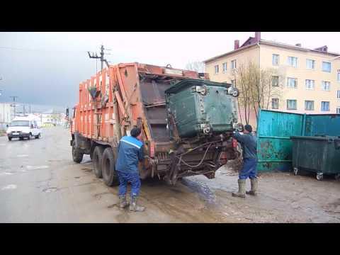 РОССИЙСКИЙ КАМАЗ МУСОРОВОЗ.Как собирают службы мусор.