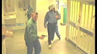 Tony Olsson flyr från Hall-anstalten med pistol polisen sålt via infiltratör