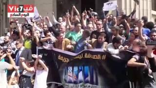 بالفيديو  مسيرة الصحفيين تصل دار القضاء العالى   والمشاركون يرفعون الأقلام