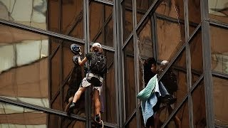 """فيديو.. شاب أمريكي يتسلق برج """"ترامب"""" للقاء المرشح لرئاسة أمريكا"""