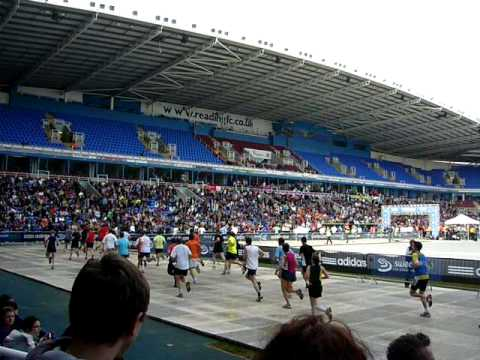 Fred and Wilma/Runner falling over at Reading Half