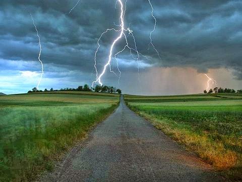 Dahsyatnya Suara Petir Ketika Hujan - Hujanan