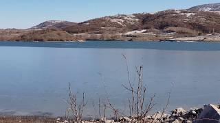 Sazlıkların Islıkla bestelendiği bir göl kıyısında Hem sularda sonsuz ...