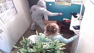 Налет на ломбард в Энгельсе. Грабитель размахивал пистолетом перед видеокамерой