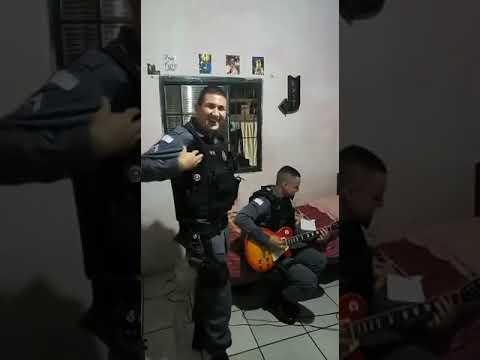 Policía tocando rolas de Metallica