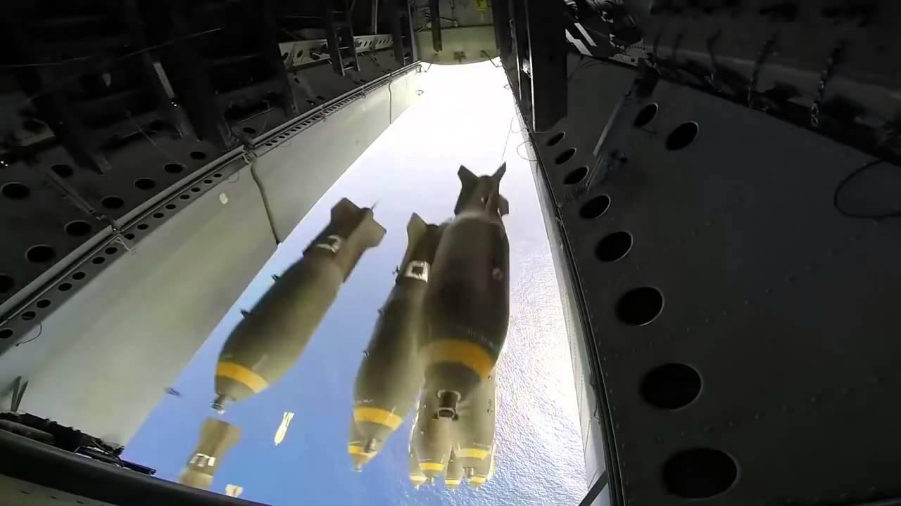 Bombardování z pohledu pumovnice, takto se snáší na zem smrt