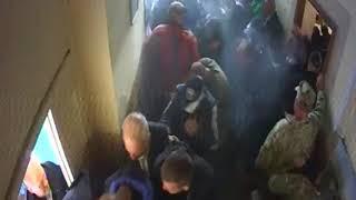 відео сюжету, тільки з іншої сторони дверей