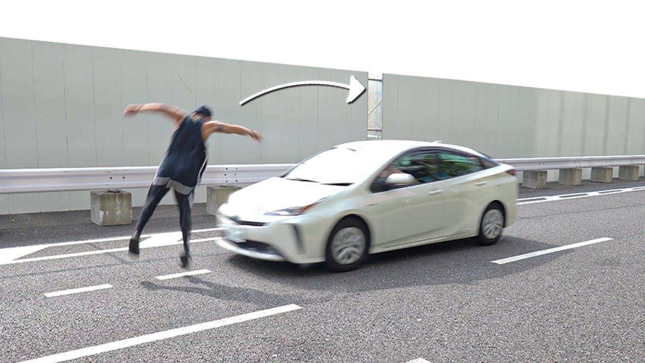 走行中の車をアクロバットで飛び越えてみた【閲覧注意】