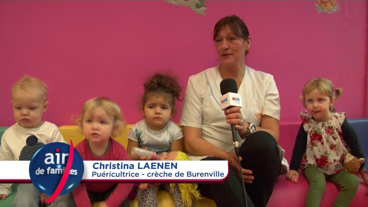 Puéricultrice entourée d'enfants