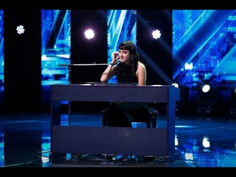"""Jurații """"X Factor"""", emoționați până la lacrimi de Julia Alexis care a cântat o compoziţie proprie!"""