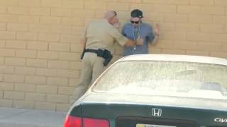 Mago le hace una broma a un oficial de policía