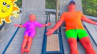طفلة وأب مسرحية التظاهر في الحديقة المائية مع الشمس مضحك