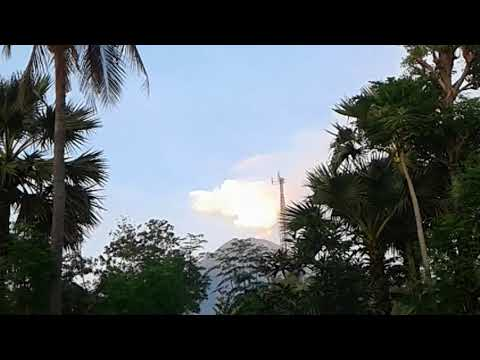 BALI VOLCANO UPDATE: 16.12.2017 Mt Agung Volcano Spews White Smoke