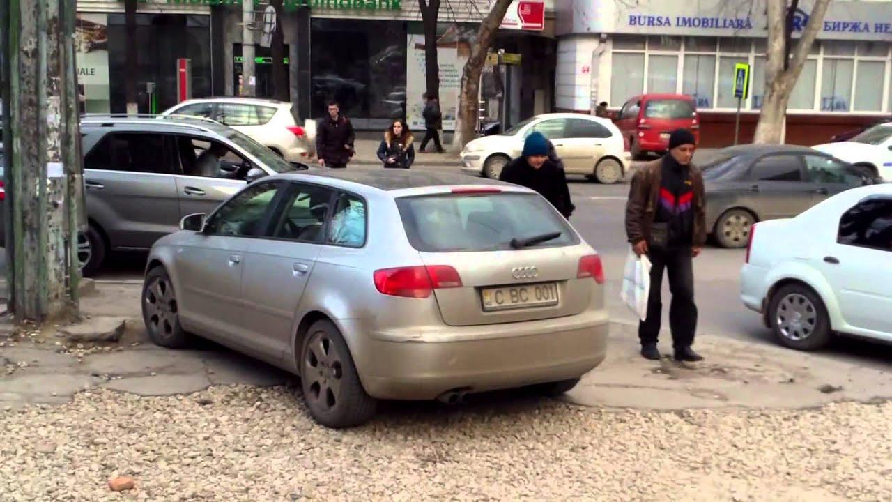 Mașini cu geamul-oglindă lîngă Procuratura Centru