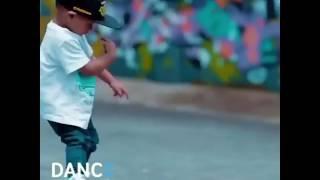 Акутала меня окутала танцует мальчик