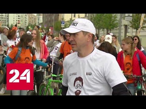 Участники «ТеатРалли» проехали по Москве в поддержку ветеранов сцены — Россия 24