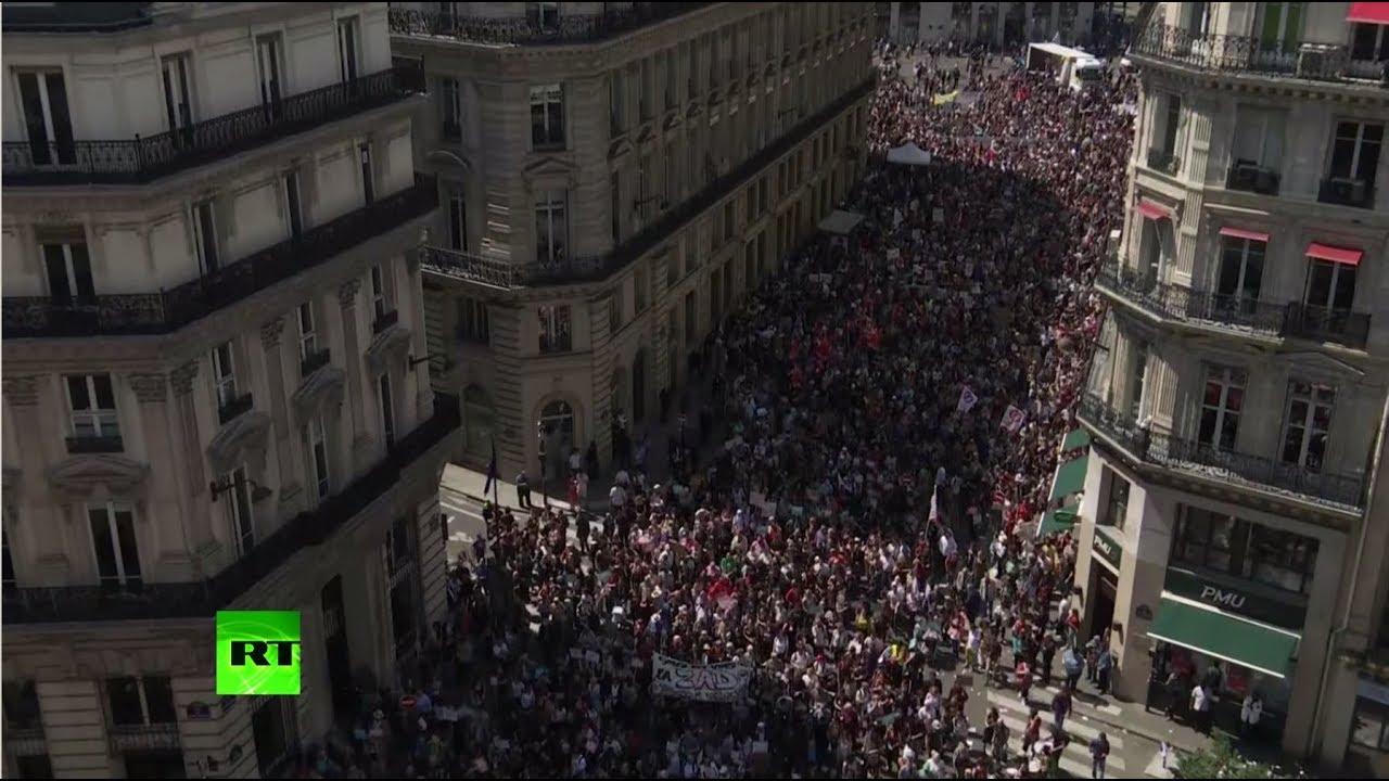 В Париже десятки тысяч человек вышли на акцию протеста против Макрона