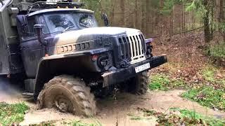 Урал 4320 в грязи.Во машина!