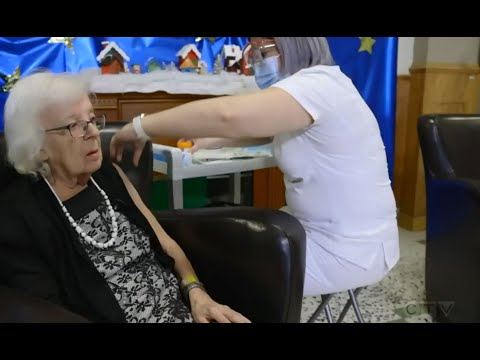 89-year-old woman receives the first COVID-19 vaccine in Quebec