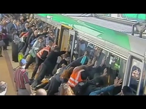 Viajeros de un tren salvan a un pasajero atrapado - BBC Mundo