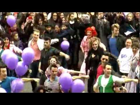 "Flashmob de ""Grease"" frente al Teatre Coliseum"