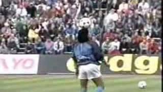 Diego tanzt mit dem Ball