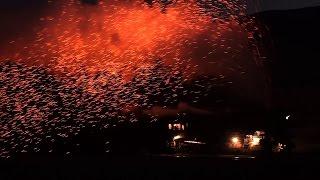 中国・新疆ウイグル自治区 三道嶺にある炭砿の蒸気機関車。火の粉を吹き...
