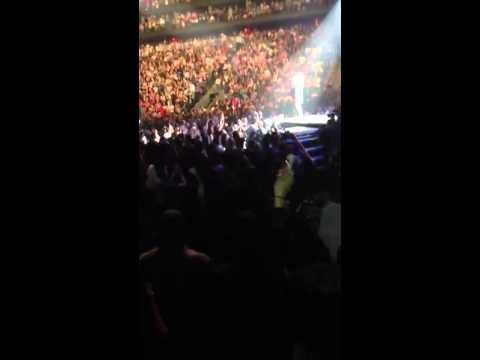 Rihanna gives Lil' Kim a shoutout in New Jersey (2013)