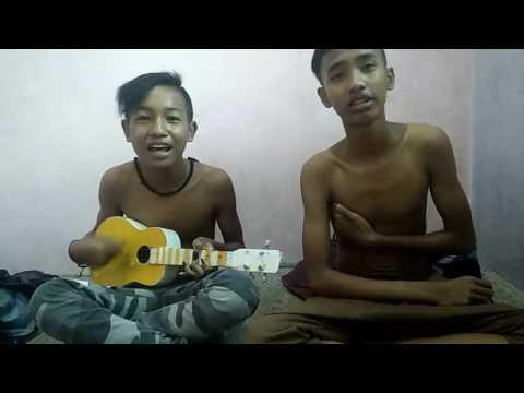 Pengamen Kreatif Nyanyi Lagu AREMA