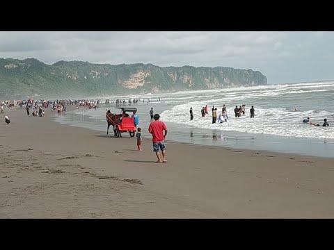 Wisatawan terseret ombak di pantai parangtritis