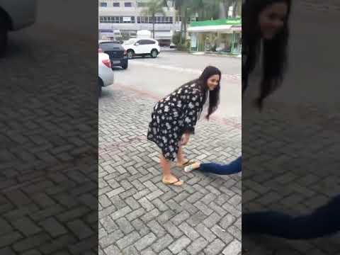 Natalie Smith e Diorio dançando na rua