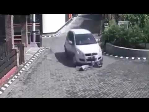 KUASA TUHAN - Video CCTV Seorang Gadis Kecil Terlindas Mobil