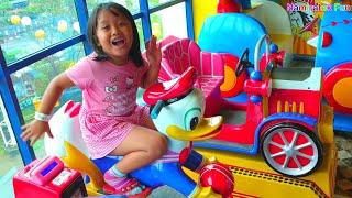 Anak imut & lucu suka sekali naik odong-odong anak Donal Bebek di Mall