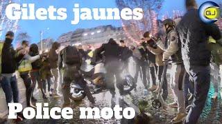 Gilets jaunes s'emparent et cognent sur une moto de la police. Champs-Élysées, 22 décembre. Acte 6.