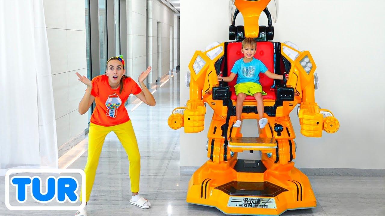 Vlad ve Niki robot araba oyuncağıyla oynuyor