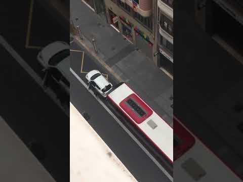 Una discusión de tráfico termina con un autobús embistiendo a un coche