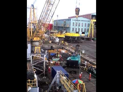 Loading crane 150 ton by pedestal on mas mulia