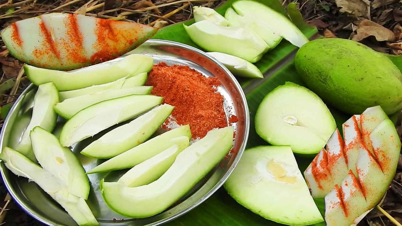 Green Mangoes Cheruku Rasam  Raw Mango Rasalu With Red Chili Powder Salt  Eating In Natural Life