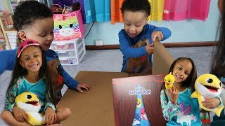Baby Shark Dance Song with Puppet Toys