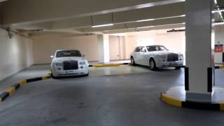 Mi viaje a Abu Dhabi (EUA) parking Emirates Palace Hotel lleno de Rolls-Royce y Ferraris