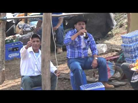 Los amigos disfrutando de unas chelas en la fiesta de Llano grande San Andres Sajcabaja